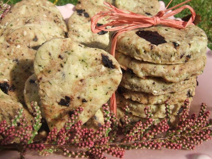 biscuits basilic, graines de sésame, parmesan, olives noires pour l'apéro